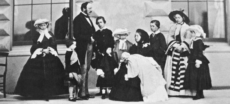 Queen_Victoria_Prince_Albert_and_their_nine_children-1857